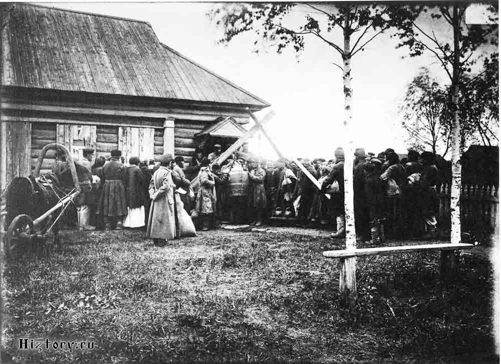 Раздача хлеба в ссуду крестьянам в городе Княгинине. 1891-1892 гг. Негатив