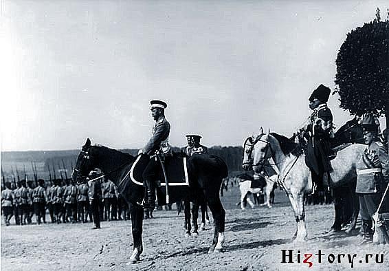 Император Николай II принимает парад войск на Бородинском поле в дни торжеств.